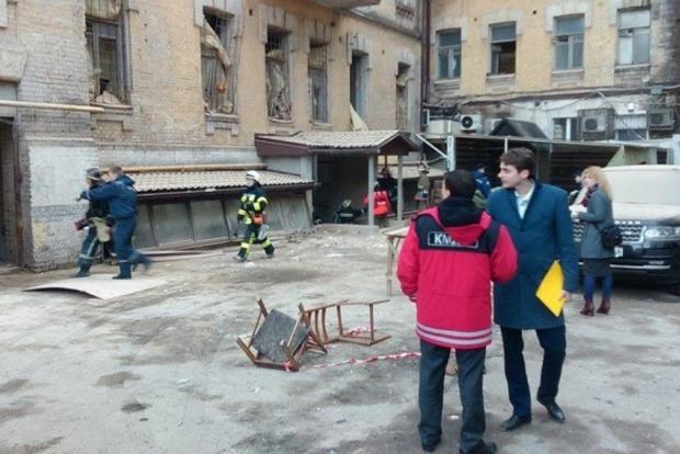 В центре Киева из-за обрушившегося дома ограничили движение
