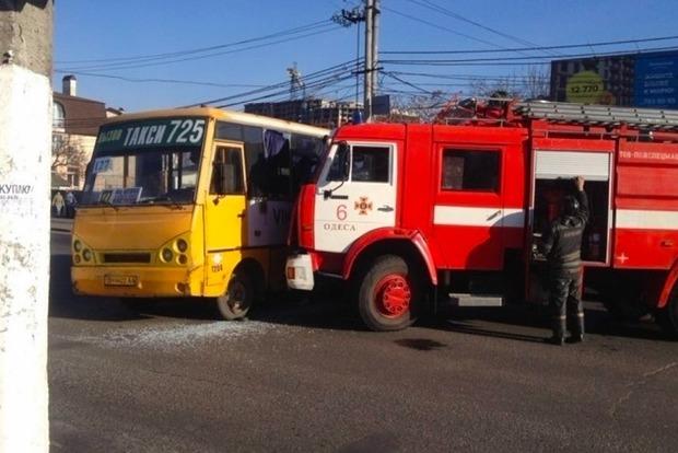 В Одессе маршрутка врезалась в пожарную машину, двое пострадавших