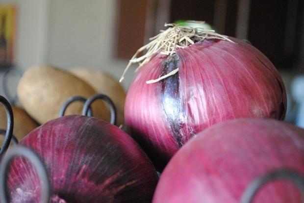 Диетологи перечислили главные полезные свойства красного лука