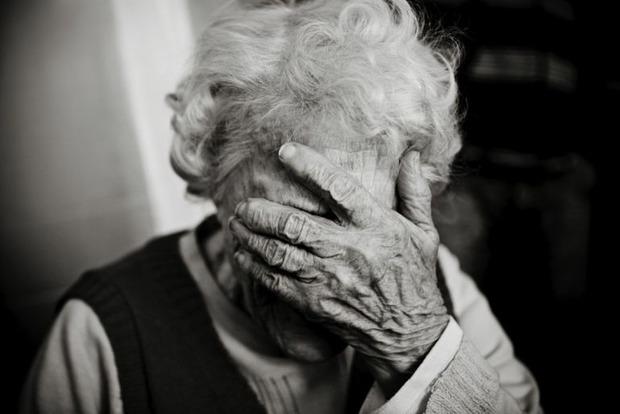 Веником по лицу: в доме престарелых под Харьковом персонал издевается над стариками (видео)