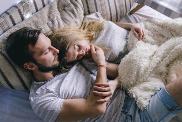 Почему полезно спать рядом с любимым человеком