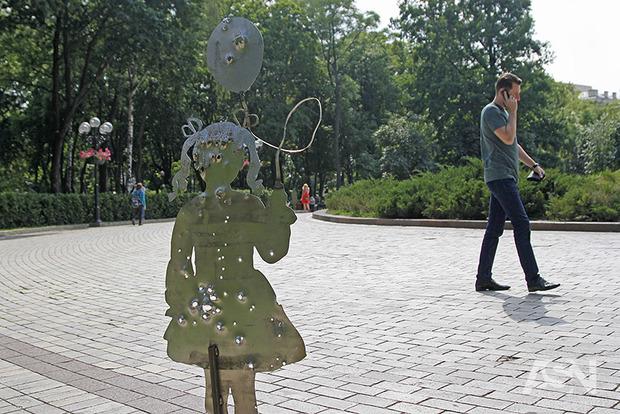 Війна близько: у Києві встановили скульптури, що нагадують про реалії Донбасу