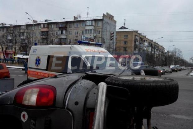В Киеве на бульваре Перова столкнулись внедорожник и «скорая»: один человек травмирован