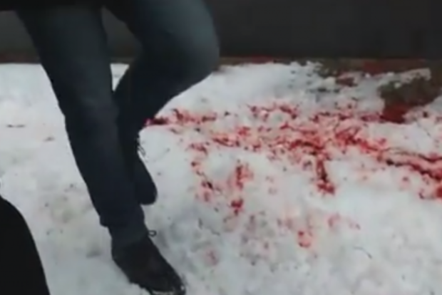 Офис БПП в центре Винницы облили кровью (фото, видео)