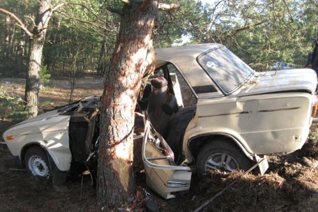 В Ровенской области машина влетела в дерево, есть жертвы