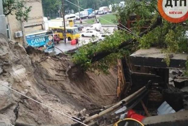 Отака, ср...ка!: В Киеве после ливня частично разрушился один из мостов