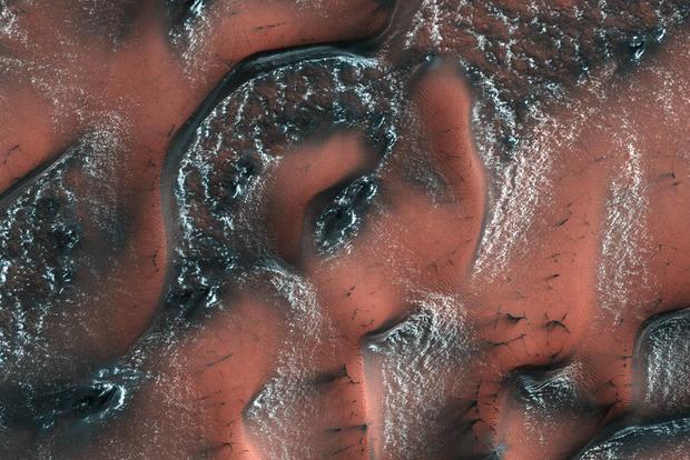 NASA показало, как выглядят снежные дюны на Марсе
