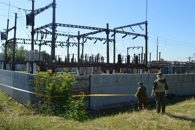 Неизвестные пытались подорвать железнодорожную электроподстанцию в Донецкой области