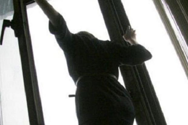 В Николаеве 14-летняя девочка выбросилась из окна многоэтажки