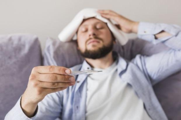 Чому чоловіки хворіють на коронавірус частіше, ніж жінки: вчені пояснили феномен