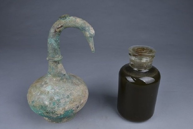 Оказалось, что найденная жидкость в графине была алкоголем с выдержкой в 2000 лет
