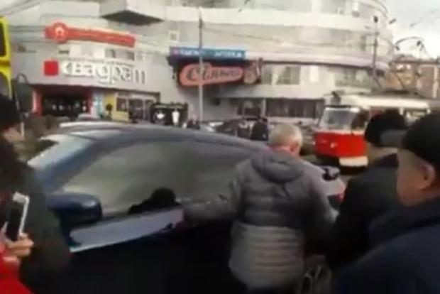Киевляне устроили самосуд над водителем BMW X6, из-за которого остановились трамваи
