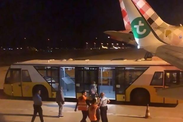 Авиалайнер совершил вынужденную посадку из-за невыносимо вонючего пассажира