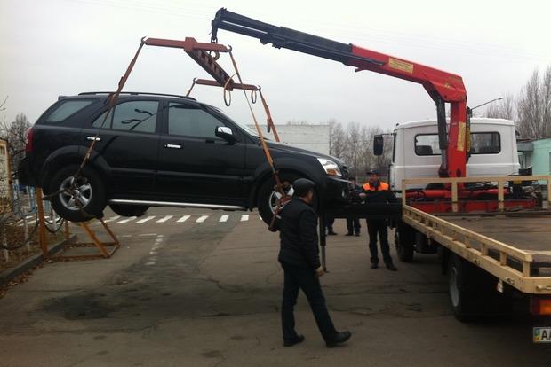 В Одессе мужчина угнал автомобиль вместе с эвакуатором
