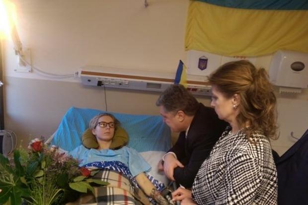 Порошенко проведал в госпитале волонтерку Зинкевич