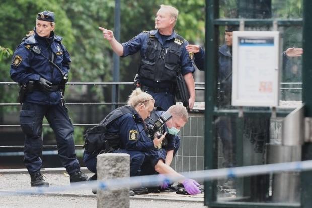 В Стокгольме неизвестный ножом ударил полицейского в шею