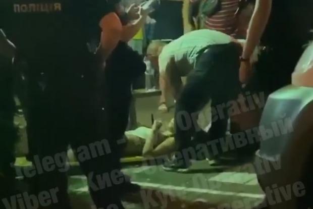 Автомобиль как кегли снес летнюю террасу МакДональдса в Киеве