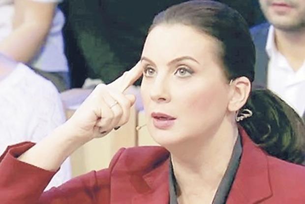 Потешавшаяся над споткнувшимся Байденом российская телеведущая упала в прямом эфире и сломала руку