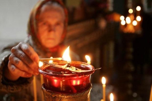 Почему в церкви нельзя поджигать свою свечу от рядом стоящей