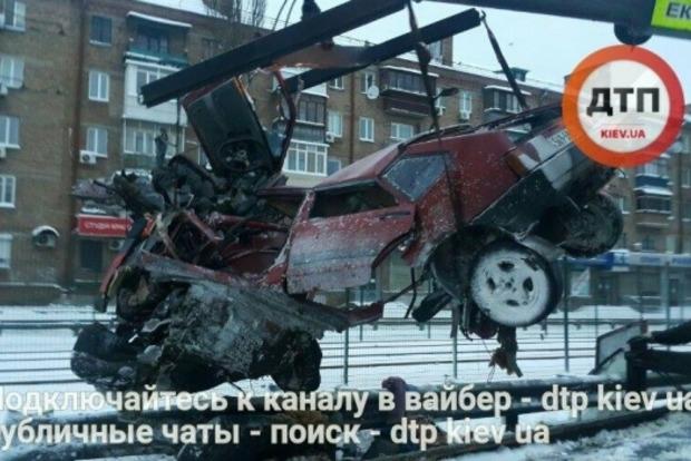 Автомобиль разорвало пополам в результате ДТП в Киеве