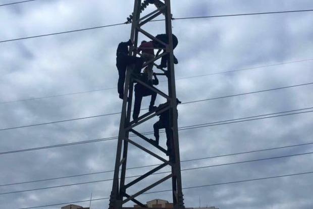 В Киеве мужчина залез на электроопору, чтобы совершить самоубийство (фото)