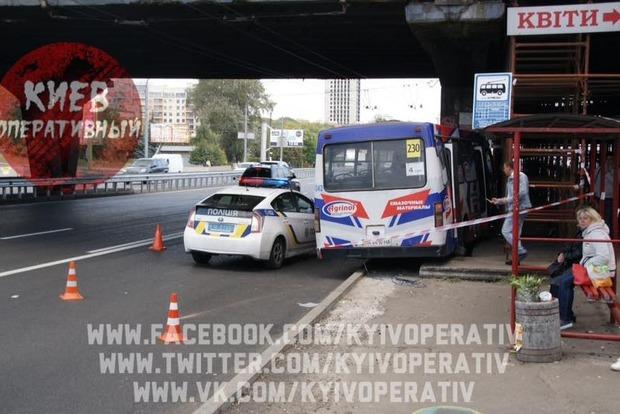 В Киеве маршрутка врезалась в опору путепровода, есть пострадавшие