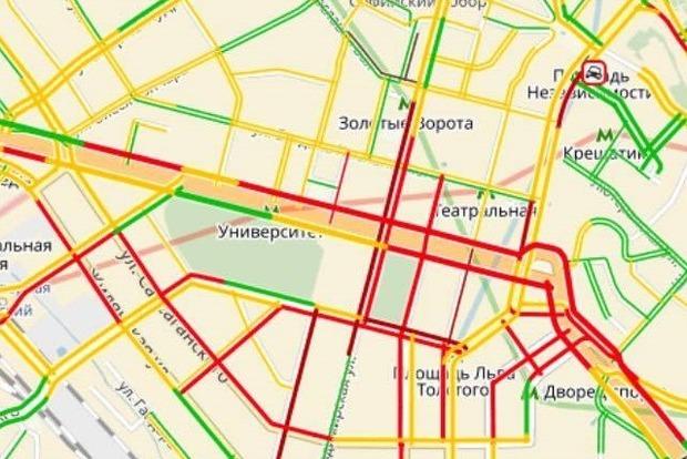 Около 850 авто и 1,5 тыс. протестующих до сих пор держат центр Киева в блокаде