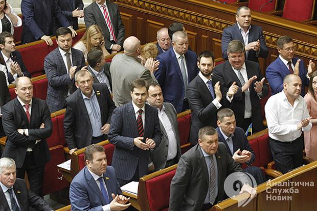 Рада начала вечернее заседание. На повестке: увольнение Соболева, мораторий на землю и бюджет на 2018 год