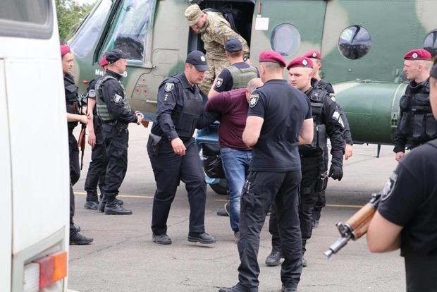 В Киев прилетели два вертолета с задержанными налоговиками