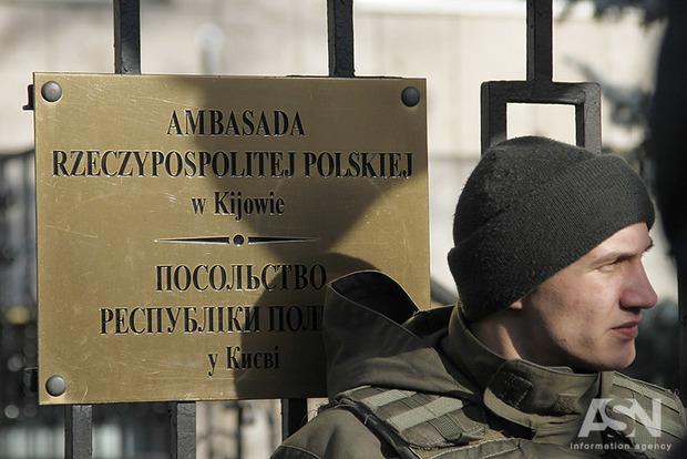 Украинцев, желающих проживать вПольше, спрашивают оботношении кБандере иУПА