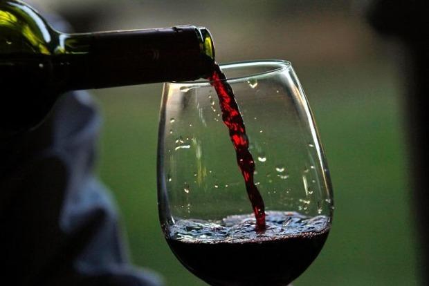 Почему мы чокаемся и от чего женщины пьянеют быстрее. 20 любопытных фактов о вине