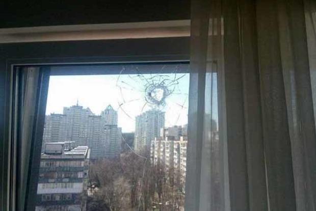 В Киеве пьяная компания устроила стрельбу по окнам квартир