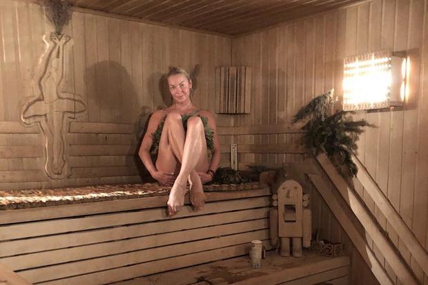 Трусы съехали: Волочкова довела народ до исступления фотографиями из бани