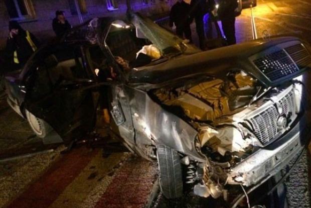 Пьяный на Mercedes протаранил стену дома во Львове: погибла 17-летняя девушка