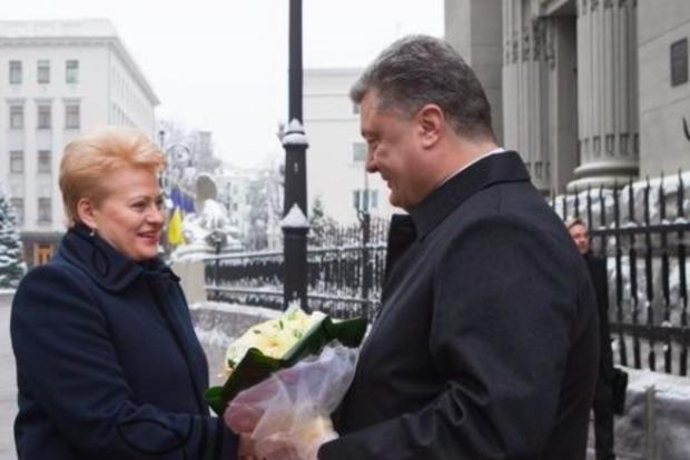 Порошенко благодарит Литву за дружбу по случаю 25-летия дипотношений с Украиной