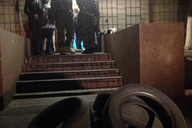 В Киеве добровольцы принесли под здание милиции покрышки