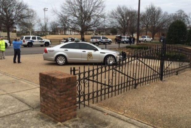 В Алабаме вооруженный преступник захватил заложников в банке