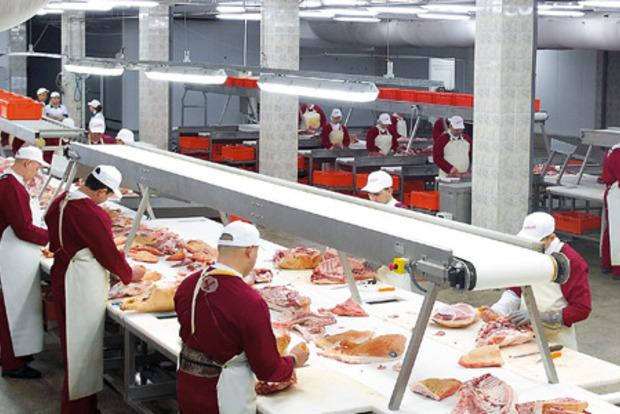 Мясокомбинату пришлось уничтожить 23 тонны продукции из-за помочившегося на месте сотрудника