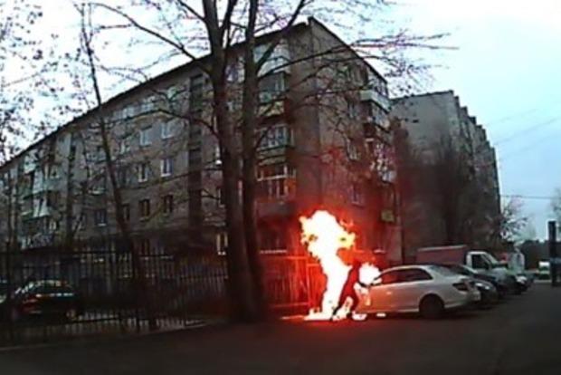 Хулиган поджег Mercedes и загорелся сам