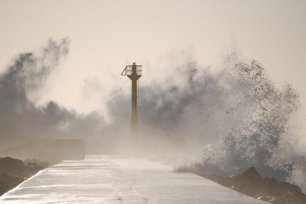 Разрушающий и смертельный тайфун «Лан» бушует в Японии