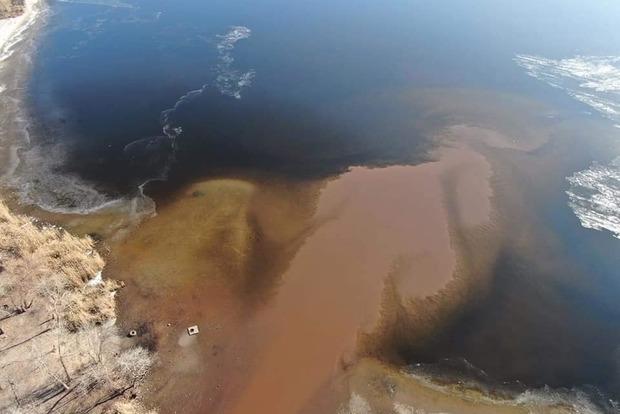 В сеть попало видео масштабного загрязнения реки в Запорожье