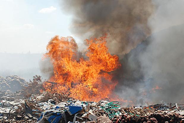 Под Киевом произошел пожар наполигоне твердых бытовых отходов