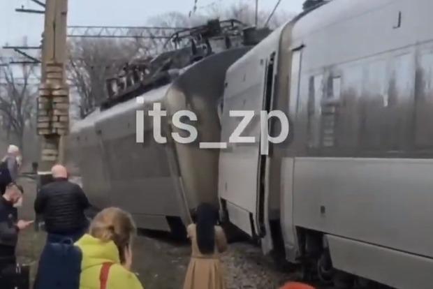 """Интерсити-поезд """"Киев-Запорожье"""" сошел с рельсов (ВИДЕО)"""