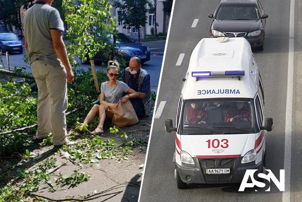 В Киеве дерево упало на девушку
