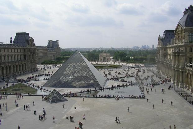 Штаб Макрона восстановил работу возле Лувра после эвакуации