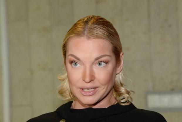 Немытая Волочкова явилась в суд с разрезом до пупка