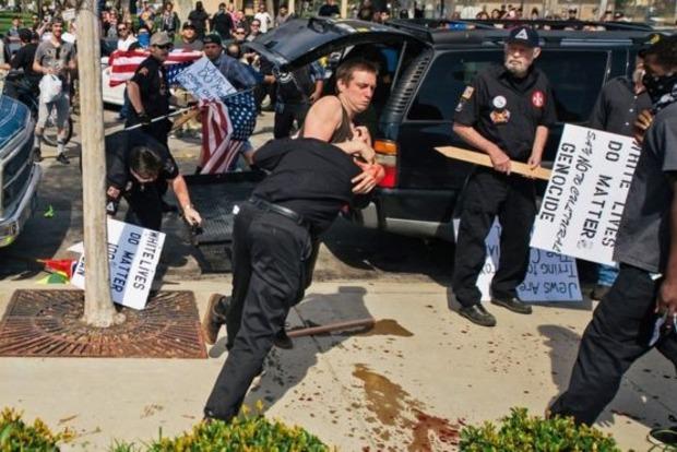 В США подрались члены Ку-клукс-клана и их противники