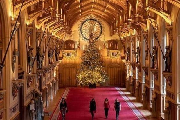 В Виндзорском замке установили огромную королевскую елку