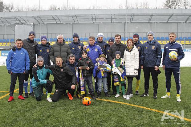 Ветераны украинского футбола провели тренировку с детьми-переселенцами