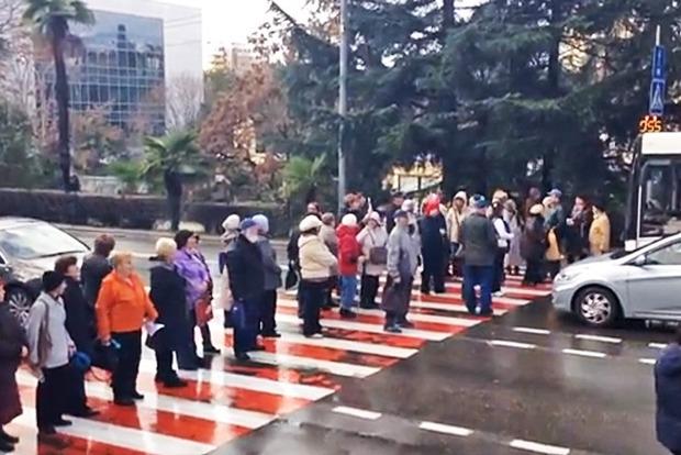 В Киеве около метро «Левобережная» жители перекрыли движение